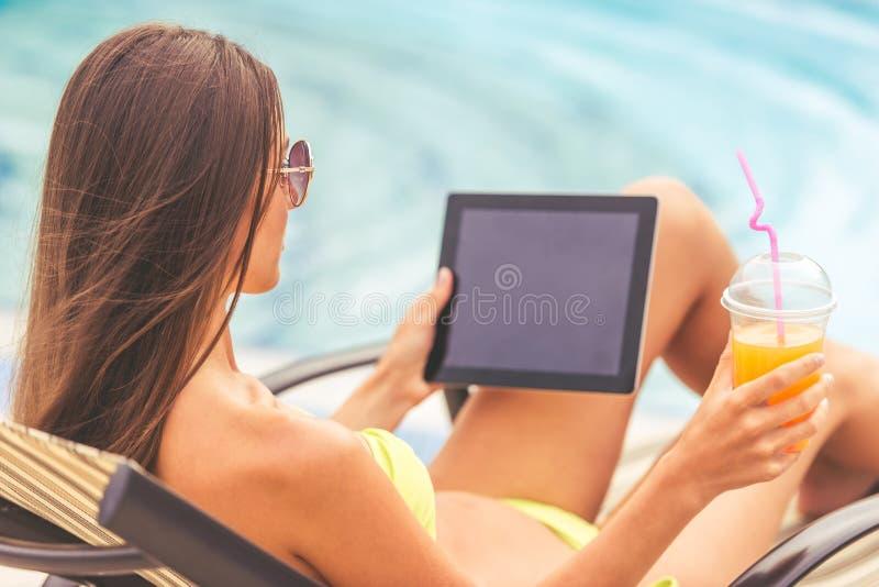 Mooi meisje bij de pool royalty-vrije stock foto