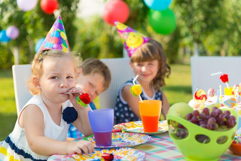 Mooi meisje bij de verjaardagspartij van het kind stock fotografie