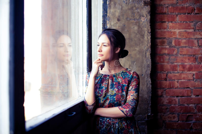 Mooi meisje bij het venster royalty-vrije stock foto's