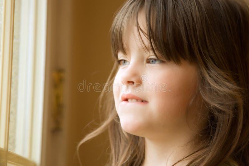 Mooi Meisje bij venster royalty-vrije stock fotografie