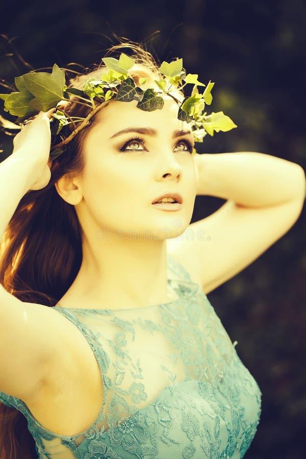 Mooi meisje in blauwe kleding royalty-vrije stock fotografie
