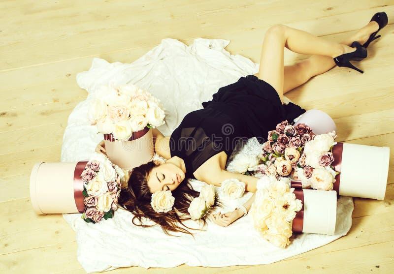 Mooi meisje in bloemenboeketten royalty-vrije stock afbeeldingen