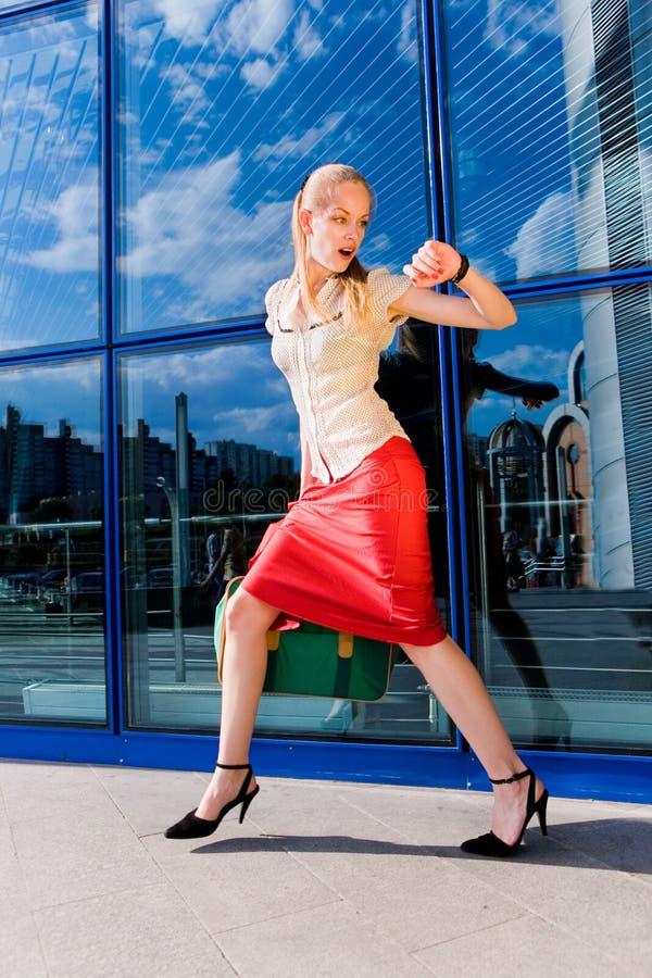 Mooi meisje, blond, looppas tegen royalty-vrije stock afbeeldingen