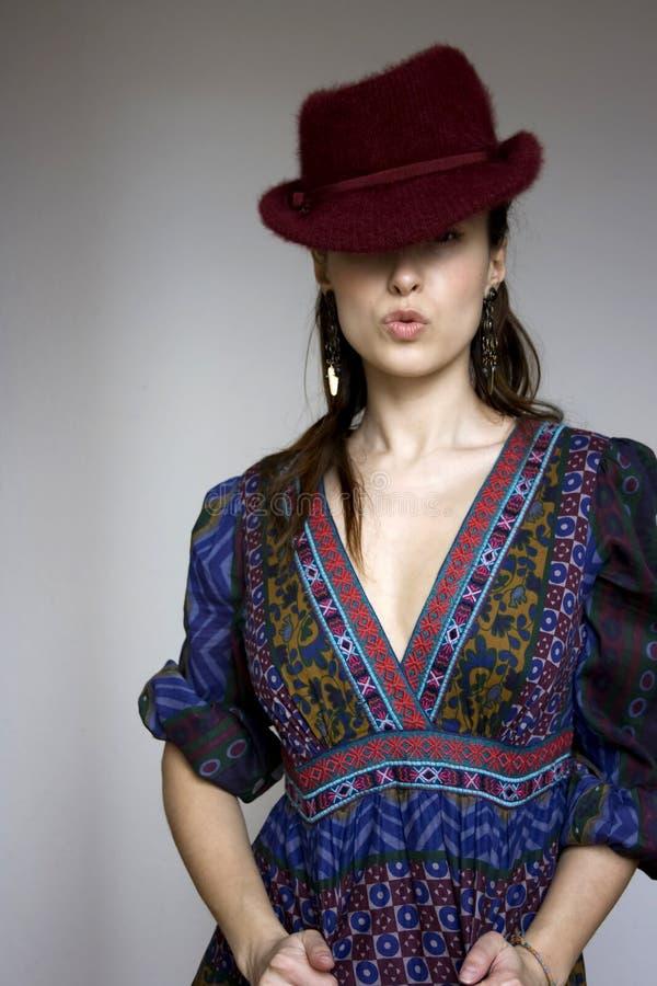 Mooi meisje in Boheemse kleding en rode hoed royalty-vrije stock fotografie
