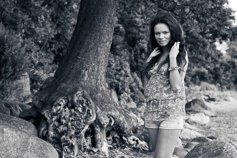 Mooi meisje in borrels in openlucht royalty-vrije stock foto's