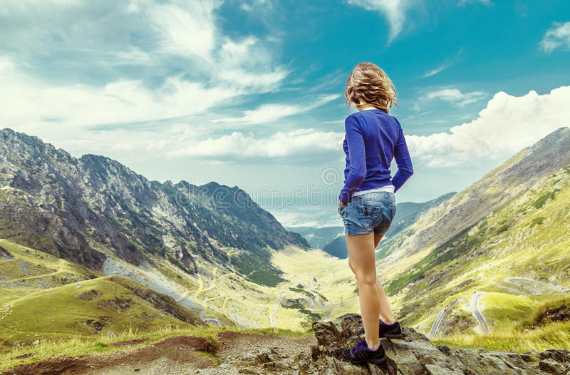 Mooi meisje bovenop de berg stock afbeelding