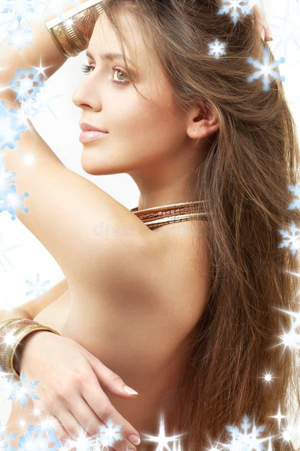 Mooi meisje in bronsarmbanden royalty-vrije stock afbeelding