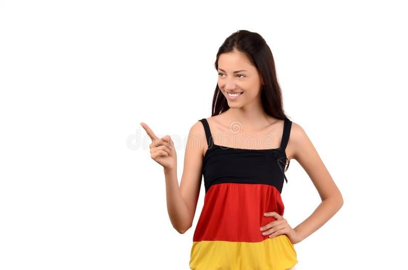 Mooi meisje dat aan de kant richt. Aantrekkelijk meisje met de vlagblouse van Duitsland. royalty-vrije stock fotografie