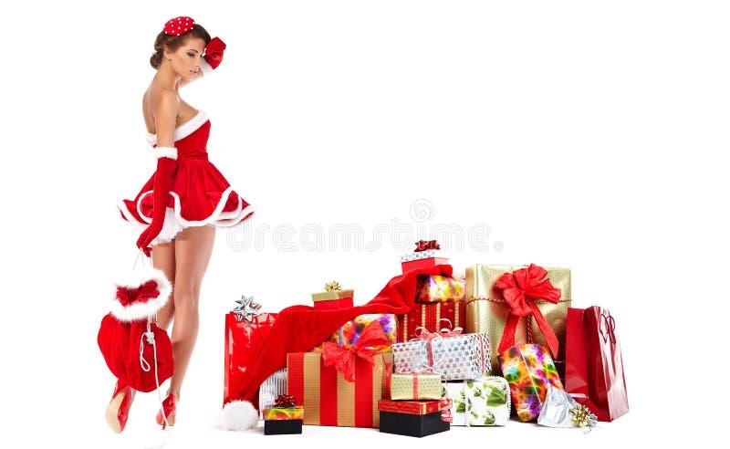 Mooi meisje dat de kleren van de Kerstman met Kerstmis g draagt royalty-vrije stock foto