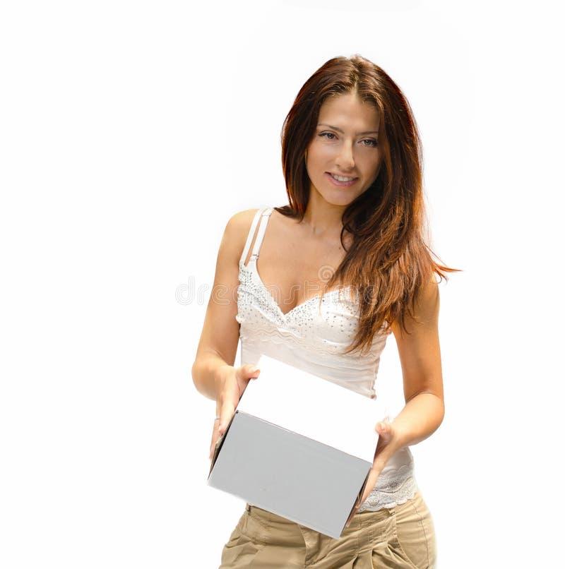 Mooi meisje dat doos geeft, die op wit wordt geïsoleerde royalty-vrije stock foto's