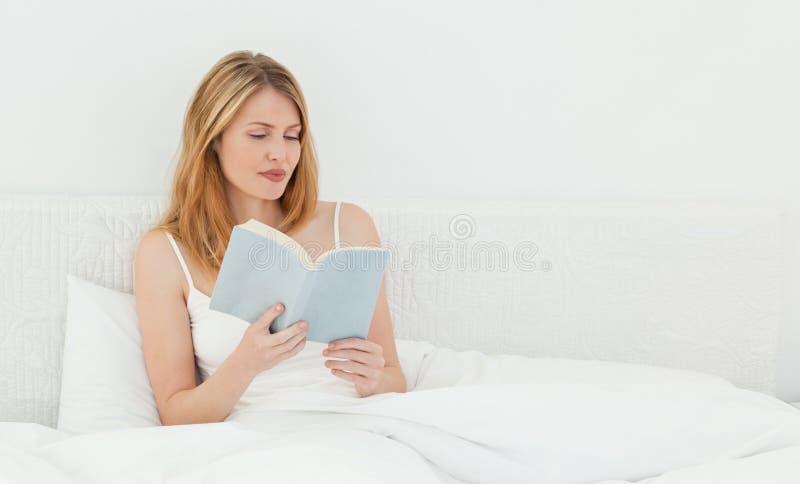 Mooi meisje dat een boek leest stock foto