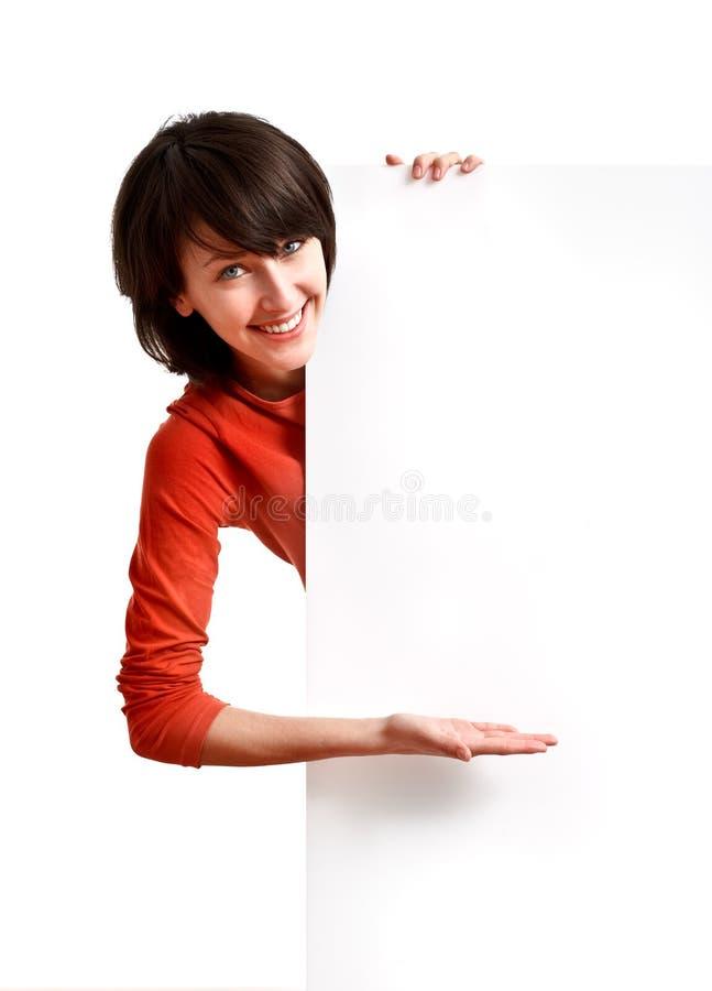Mooi meisje dat een lege witte raad houdt stock fotografie