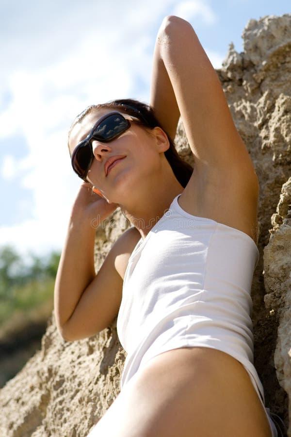 Mooi meisje dat een sunbath neemt royalty-vrije stock afbeeldingen