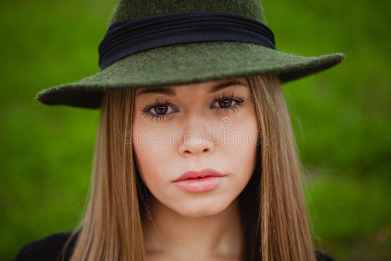 Mooi meisje dat hoed draagt royalty-vrije stock afbeelding