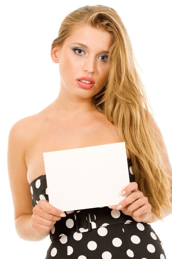 Mooi meisje dat leeg adreskaartje houdt stock fotografie