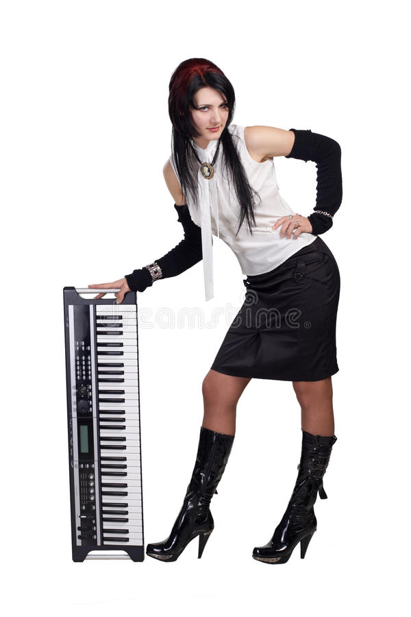 Mooi meisje dat met geïsoleerdee synthesizer blijft royalty-vrije stock afbeeldingen