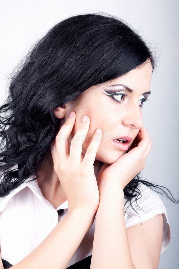 Mooi meisje dat met make-up listig kijkt. stock foto