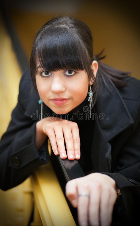 Mooi meisje dat op tredespoor leunt royalty-vrije stock fotografie