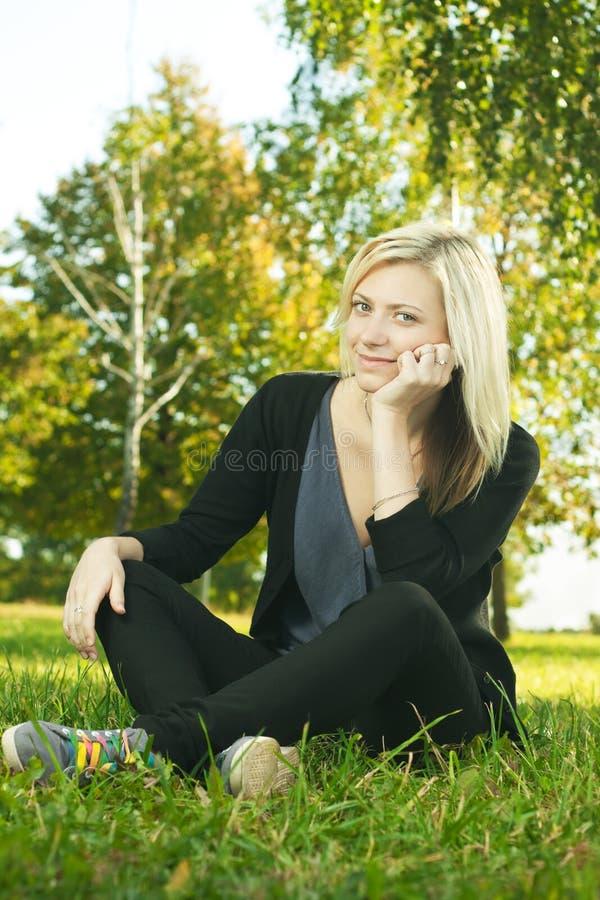 Mooi meisje dat in park rust royalty-vrije stock afbeelding