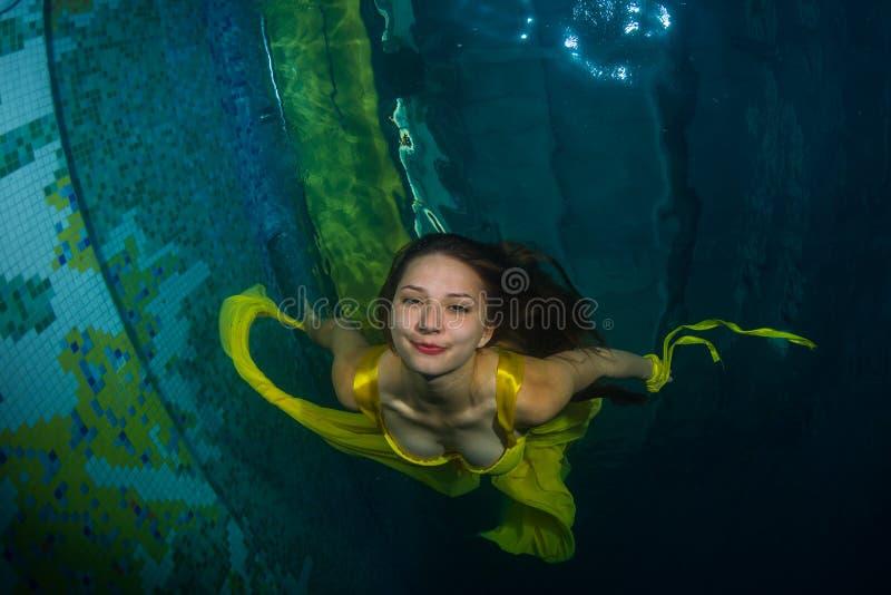 Mooi meisje in de pool stock afbeelding