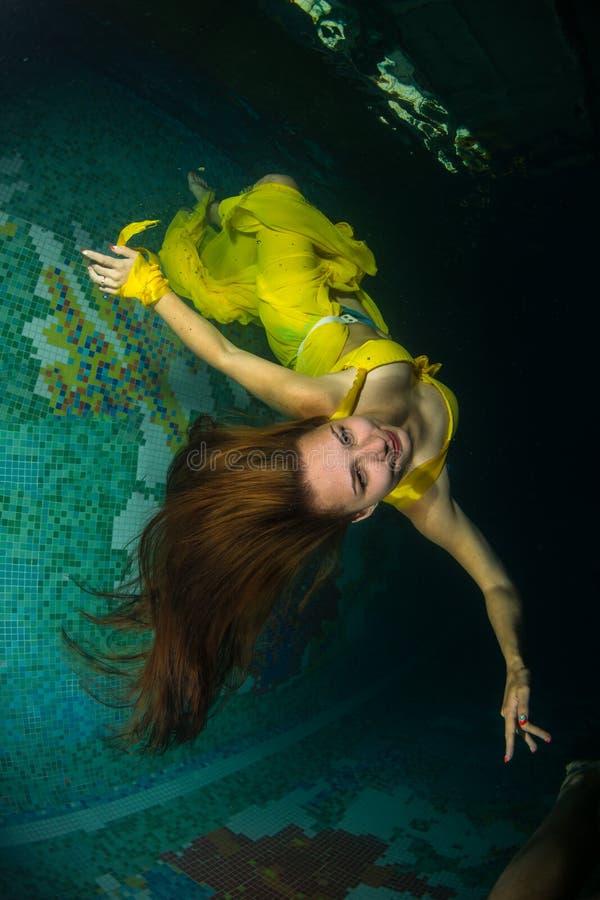 Mooi meisje in de pool stock afbeeldingen