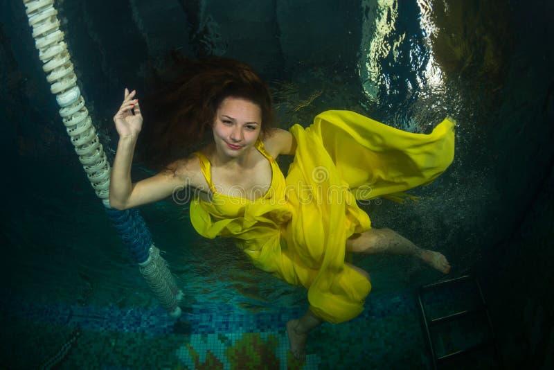 Mooi meisje in de pool royalty-vrije stock fotografie