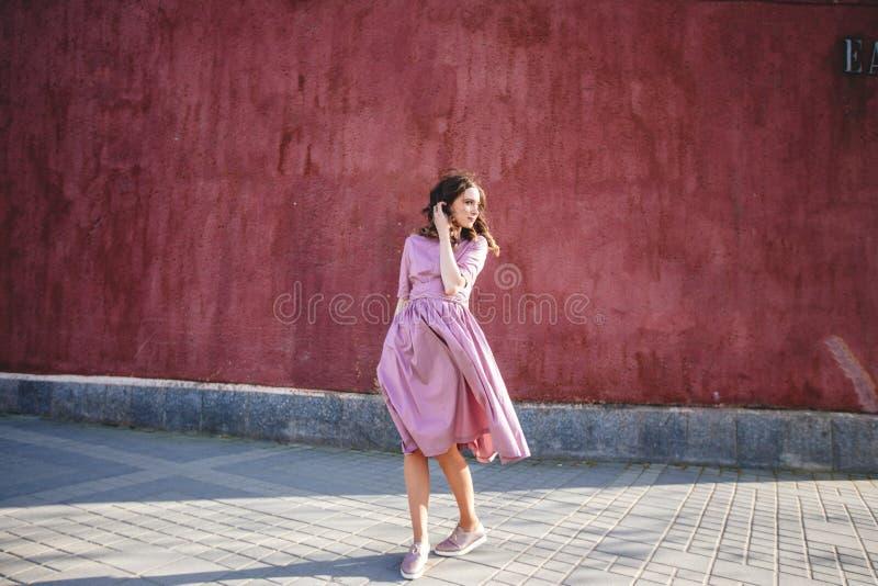 Mooi meisje in de stad stock afbeelding