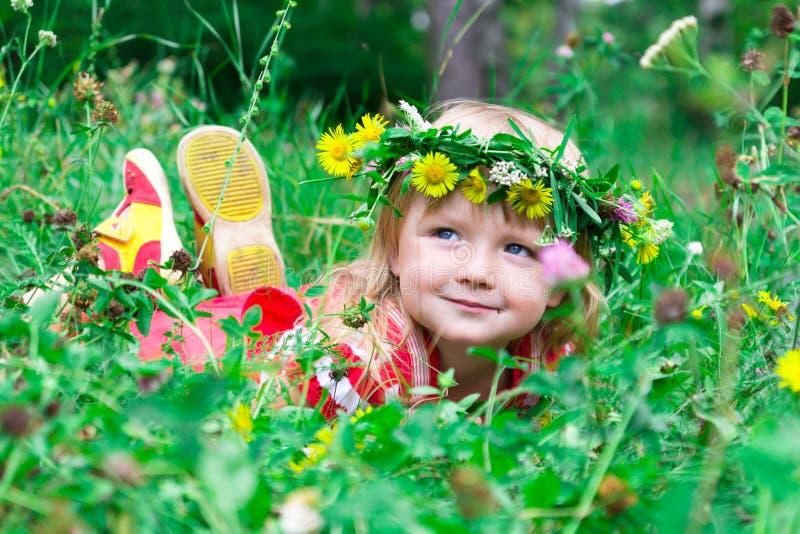 Mooi meisje in de weide stock fotografie