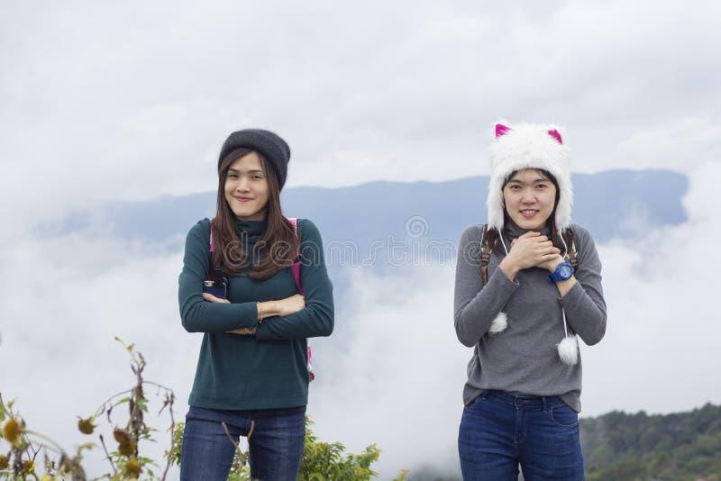 Mooi meisje in de winterhoed op een achtergrond van overzees van mistmeisje in een hoed op de achtergrond van bergen royalty-vrije stock afbeelding