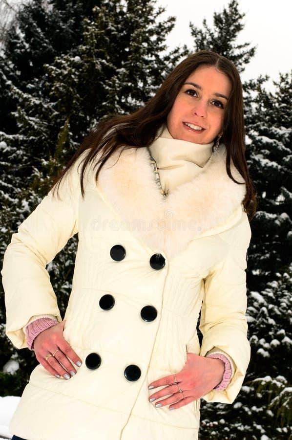 Mooi meisje in de winterpark stock fotografie