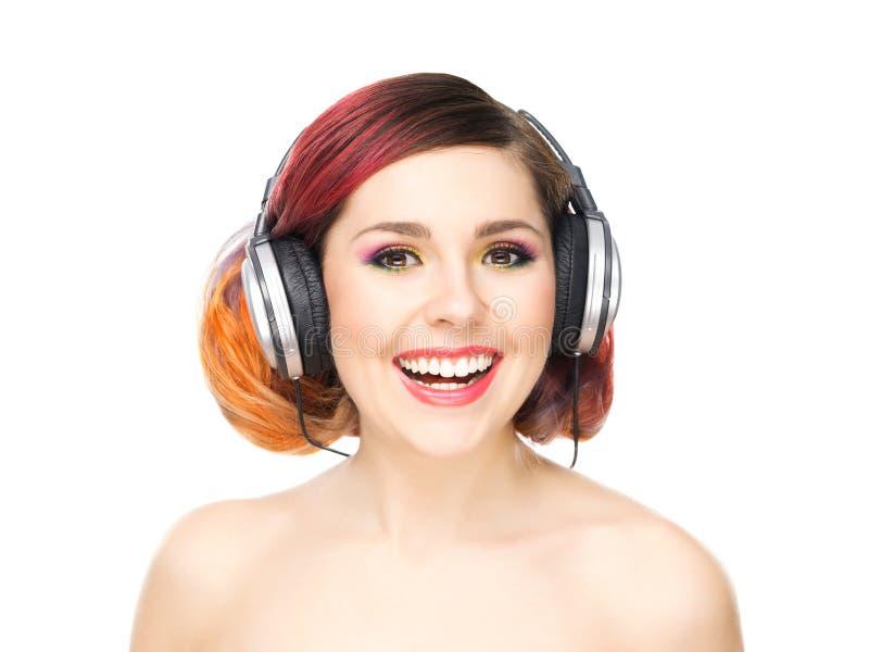 Mooi meisje die aan de muziek door hoofdtelefoons luisteren royalty-vrije stock foto's