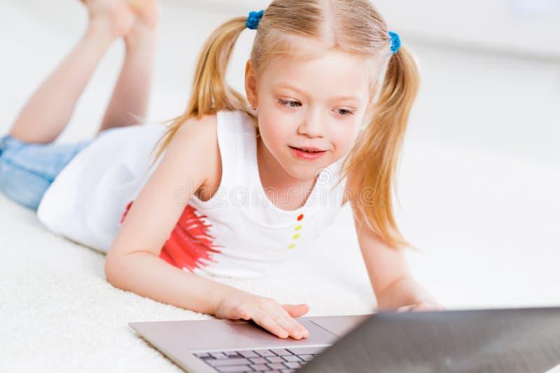 Mooi meisje die aan laptop werken royalty-vrije stock afbeeldingen