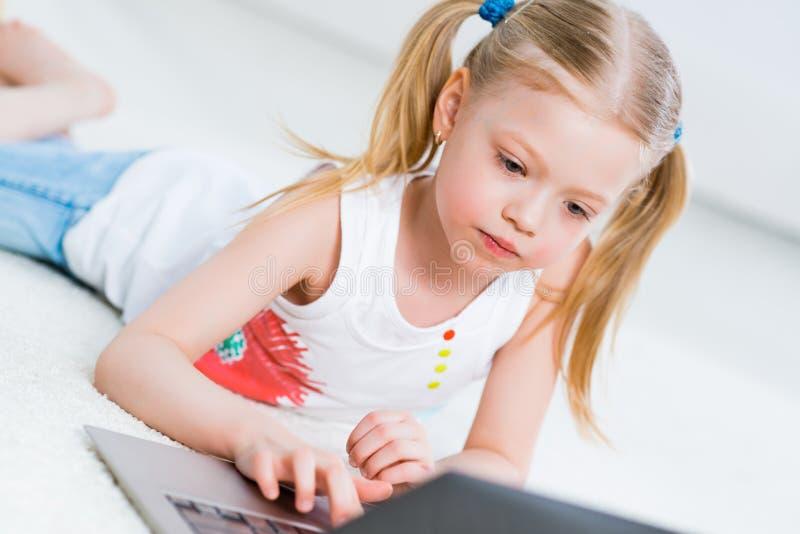 Mooi meisje die aan laptop werken stock foto's