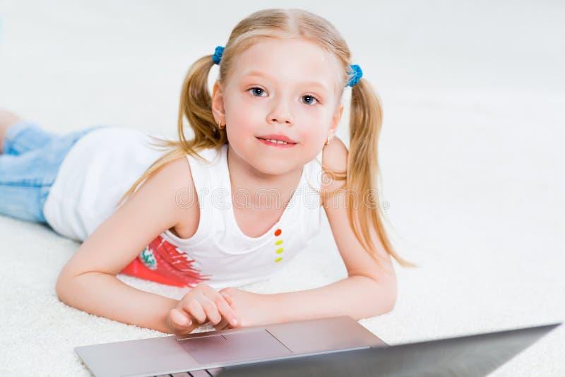 Mooi meisje die aan laptop werken stock foto