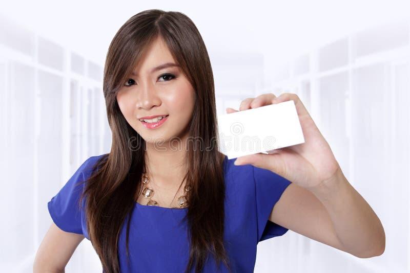 Mooi meisje die adreskaartje tonen royalty-vrije stock afbeelding