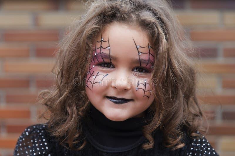 Mooi meisje die camera in Halloween bekijken stock foto's