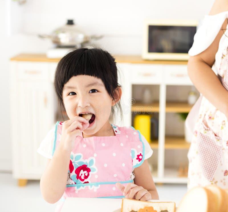 Mooi meisje die in de keuken eten royalty-vrije stock foto's