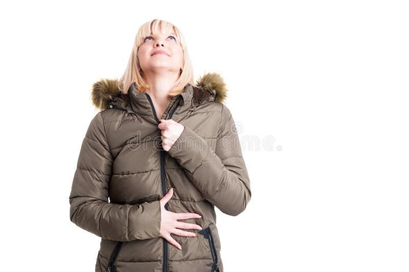 Mooi meisje die de winter warm jasje snellen die omhoog eruit zien stock afbeeldingen