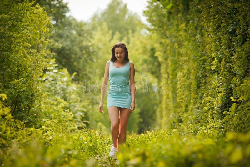 Mooi meisje die door tunnel van liefde lopen royalty-vrije stock foto