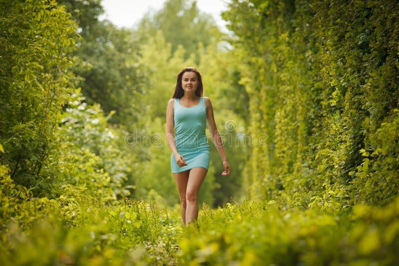 Mooi meisje die door tunnel van liefde lopen royalty-vrije stock foto's
