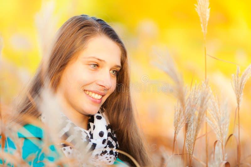 Mooi meisje die in droog gras liggen stock foto's
