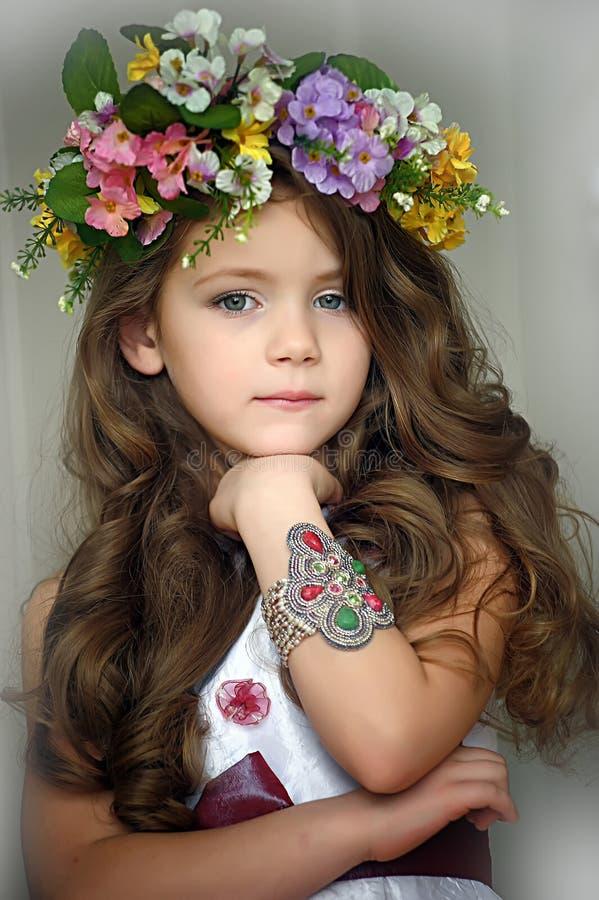 Mooi meisje die een kroon van bloemen dragen royalty-vrije stock foto's