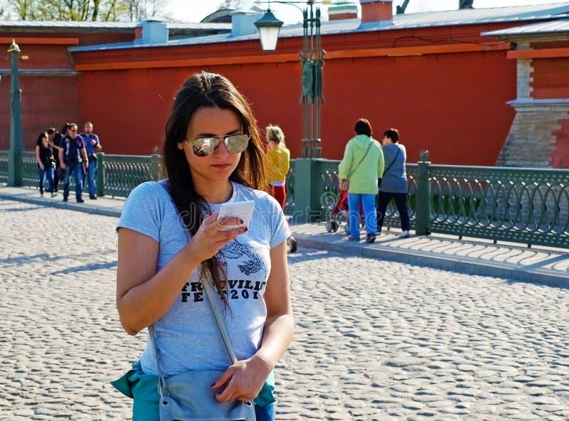 Mooi meisje die een nota in een notitieboekje lezen stock foto