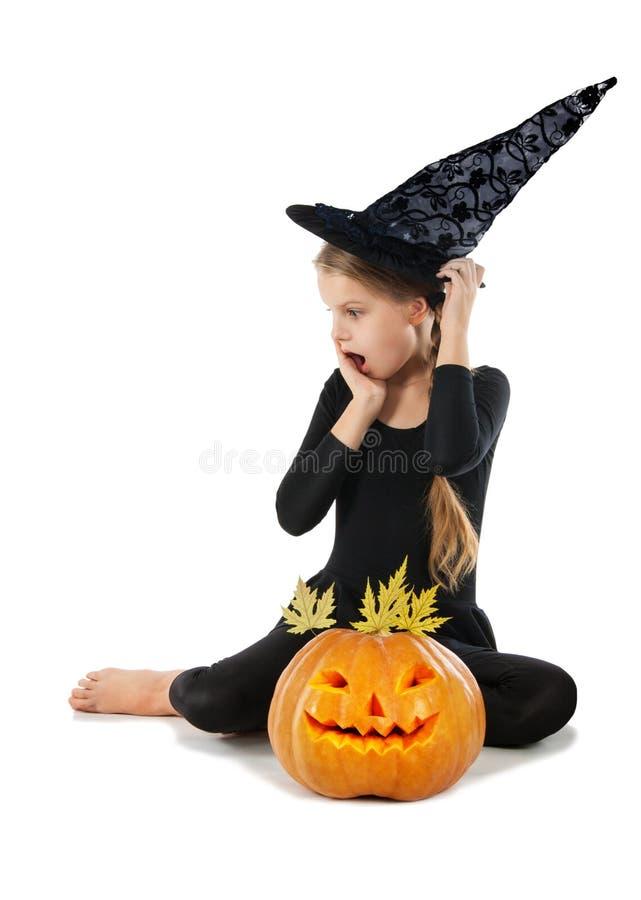 Mooi meisje die een pompoen houden Halloween stock foto's