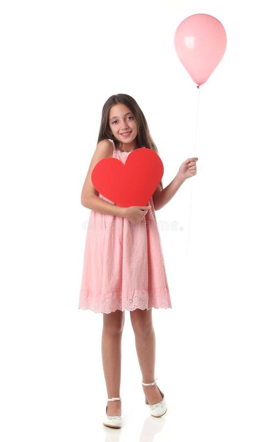 Mooi meisje die een rode hartvorm en een roze ballon houden royalty-vrije stock foto's