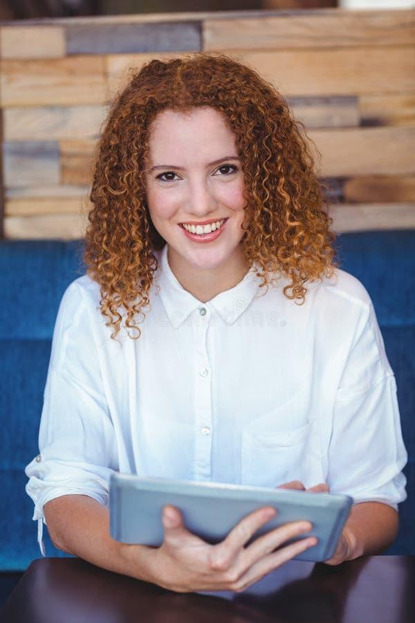 Mooi meisje die een tablet gebruiken stock foto