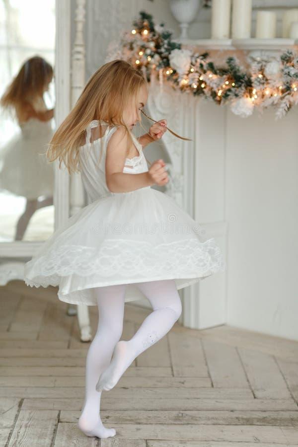 Mooi meisje die en, in heldere Nieuwe Ye dansen spinnen royalty-vrije stock afbeelding