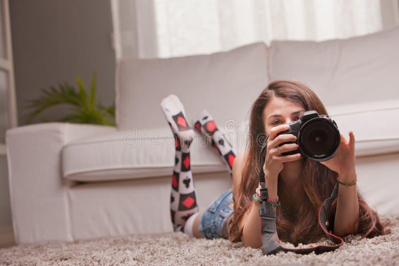 Mooi meisje die foto's thuis nemen royalty-vrije stock fotografie