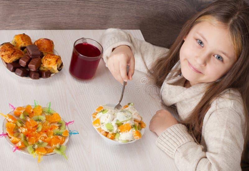 Mooi meisje die fruit eten royalty-vrije stock fotografie