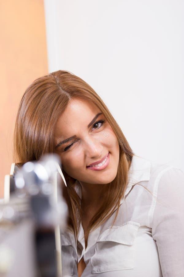 Mooi meisje die gitaar richten op u stock foto's